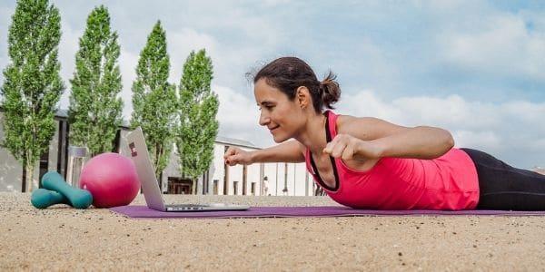 """Online Workout für Frauen: komme """"Hoch vom Sofa!"""" und trainiere von zuhause aus"""