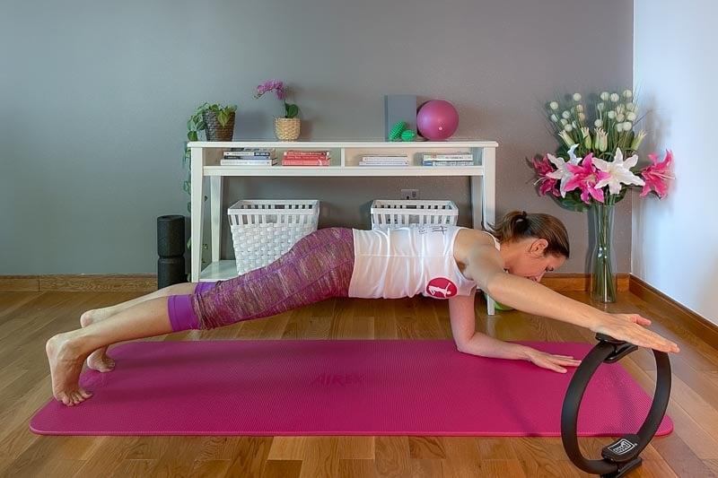 Die 10 besten Pilatesring Übungen für Anfänger: mit Fotos und YouTube Video